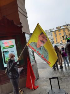 Manifestante con bandiera di Öcalan a Pinerolo (TO)